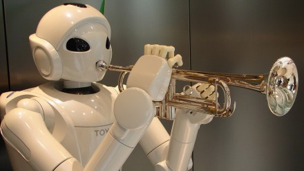Robotas groja trimitu