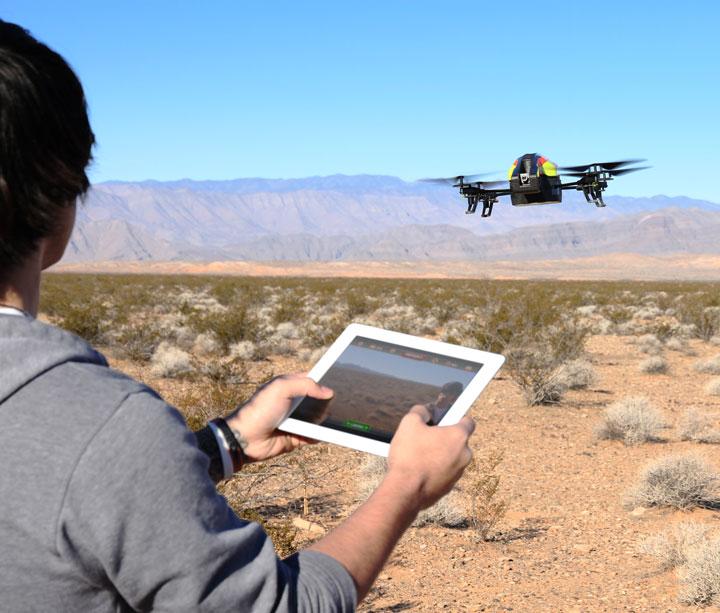 Parrot AR.Drone 2.0 - skraidantis robotas žaislas