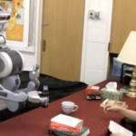 Alų pilstantis ir žmogaus veiksmus numatantis robotas
