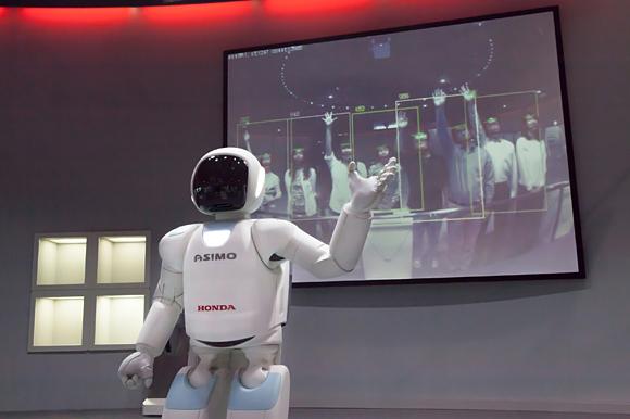 Asimo robotas pradeda dirbti muziejuje 1