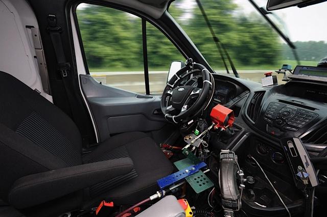 Naujus Ford automobilius išbando robotai 1