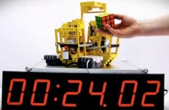 Robotas, kuris išmaniojo telefono pagalba į vietas sudėlioja Rubiko kubą
