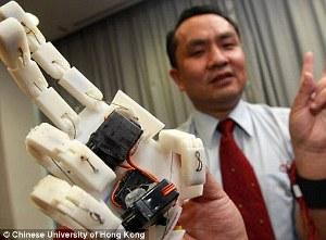 Roboto ranka, kuri padeda jausti internetinio pokalbio partnerį