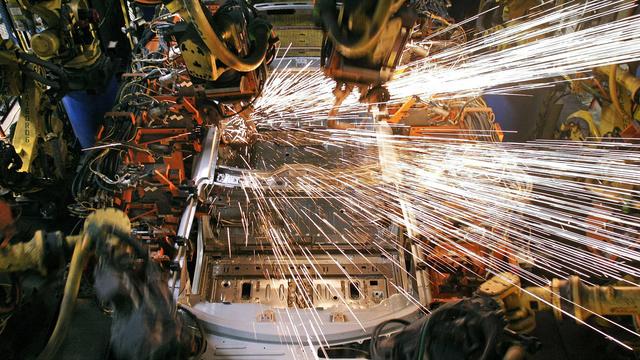 Mašinas suvirina robotinės rankos.