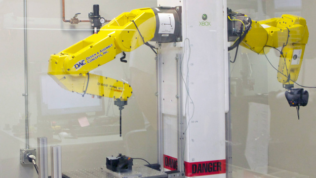 Robotai išbando žaidimų konsoles.
