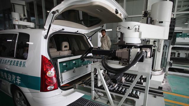 Robotai keičia mašinų baterijas