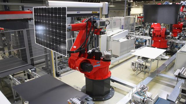 Robotai montuoja saulės kolektorius