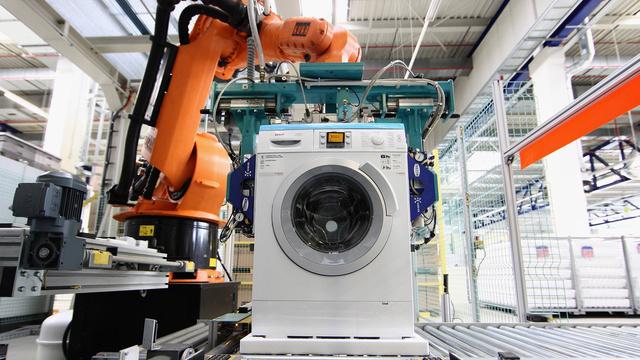 Robotai montuoja skalbimo mašinas