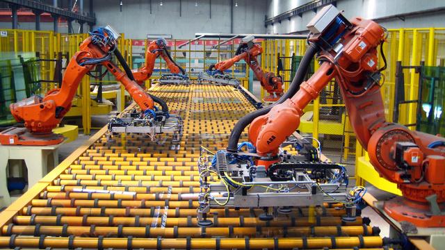 Robotinės rankos naudojamos ir didelių stiklo plokščių iškrovimui.