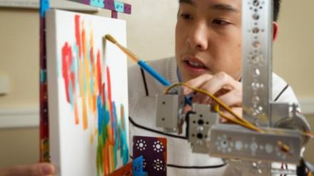 Robotas tapytojas išties pagalbos ranką chirurgams