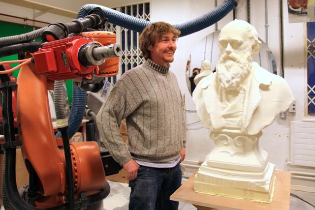 Robotinis skulptorius dervos luitą pavertė Darvinu 1