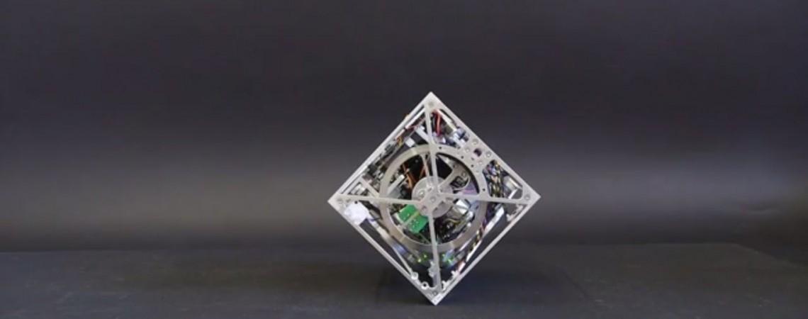 Robotizuotas kubas išlaiko pusiausvyrą ant bet kokio paviršiaus