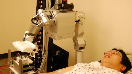 Mokslininkai ištyrė žmonių reakciją į robotų prisilietimus