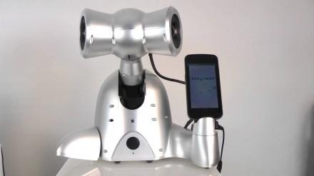 Robotas su ausinėmis, kurį galima prijungti prie išmaniojo telefono