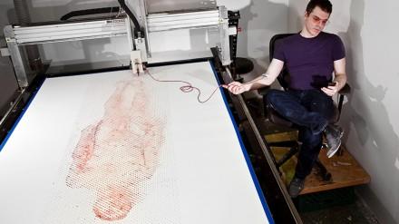 Robotinis spausdintuvas piešia menininko portretą, jo paties krauju