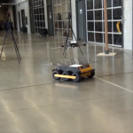 Skraidantys robotai sugebės autonomiškai nusileisti ant judančių transporto priemonių