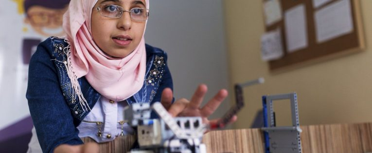 450 pabėgėlių mergaičių mokosi robotikos (Video)